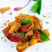 salade de peche pistaches rouge basilic